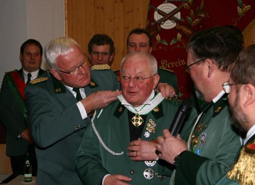 Keine Halsschmerzen mehr...                      ...wird das St. Sebatianus Ehrenkreuz doch ohne Krawatte getragen.