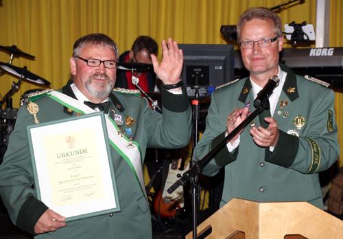 Gerd Schlüter bedankt sich nach seiner Ernennung zum Ehrenbezirksbundesmeister auch für die Unterstützung und Begleitung in seinem Amt.