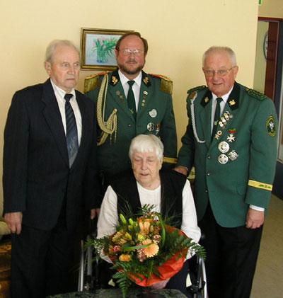 Jubelkönig Josef Rehermann, Oberst Werner Krelaus, Brudermeister Wolfgang Neumann (v.l.) mit der Jubelkönigin Mathilde Menne.